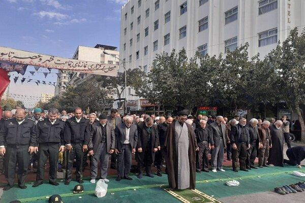 عزاداران نماز را در خیابان های اطراف حرم رضوی اقامه کردند