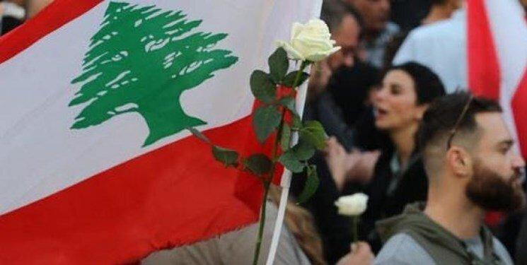 زنان با گل های رز در خیابان های بیروت، عکس