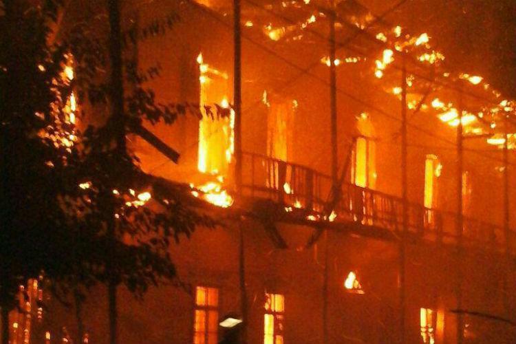 خانه تاریخی 135 ساله سیمین شهر در آتش سوخت