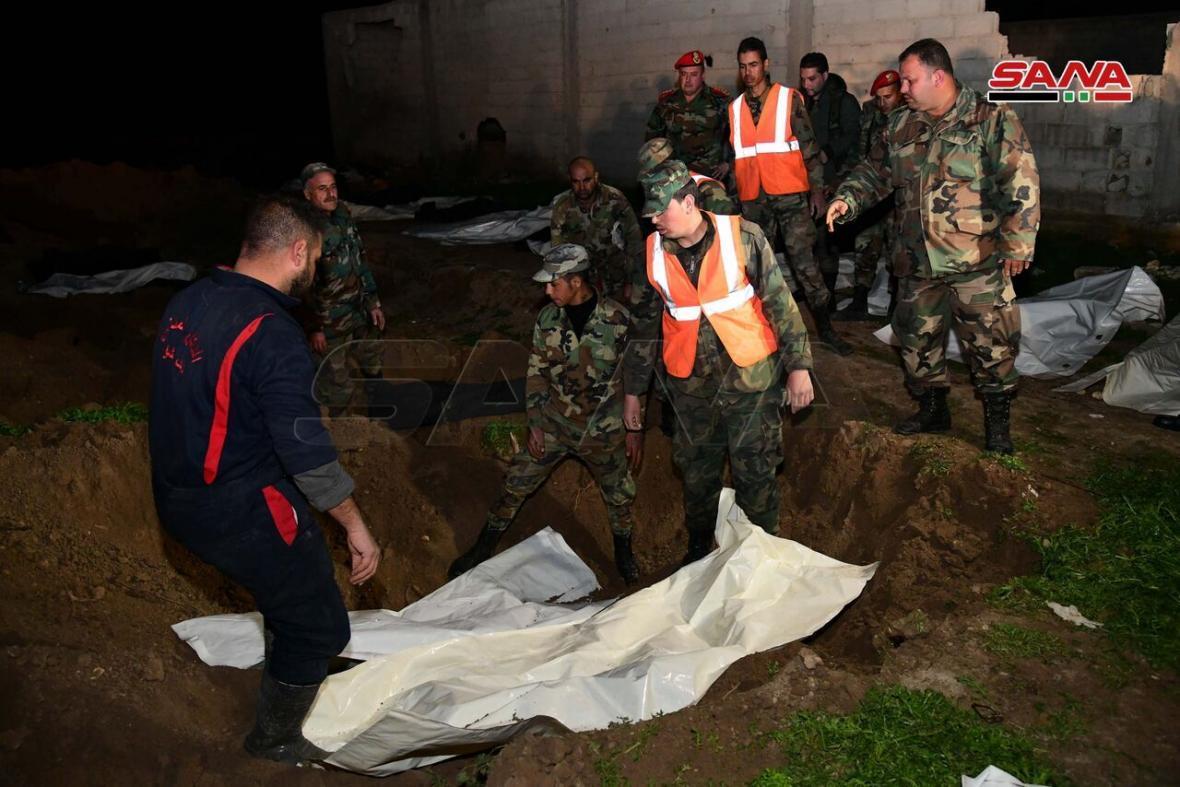 خبرنگاران کشف گور دسته جمعی اجساد نظامیان ارتش سوریه در شرق این کشور