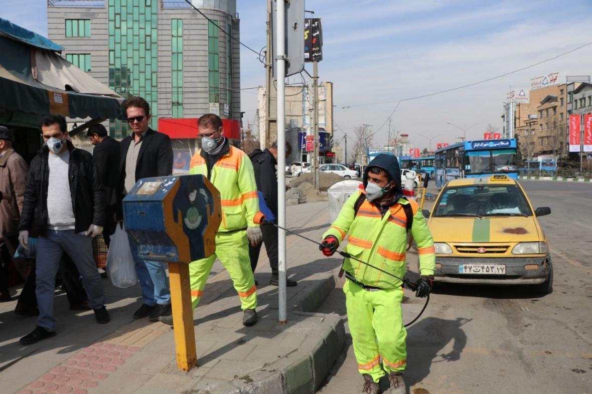 خبرنگاران دلجویی شهردار منطقه یک تهران از پاکبانی که مورد تمسخر سحر قریشی قرار گرفت