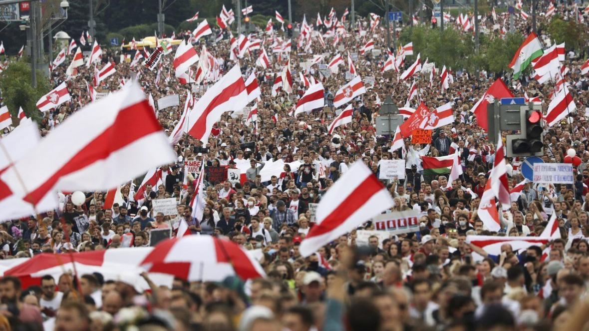 خبرنگاران راهپیمایی ده ها هزار نفری مخالفان دولت در بلاروس